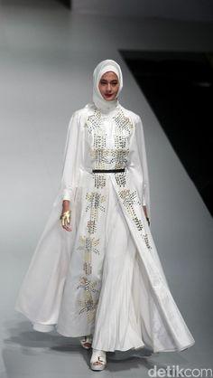 Foto: Koleksi Norma Hauri di Indonesia Fashion Week 2017 Islamic Fashion, Muslim Fashion, Hijab Fashion, Fashion Show, Fashion Dresses, Fashion Design, Indonesia Fashion Week, Jakarta Fashion Week, Hijab Style Dress