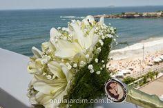 Homenagear a quem nos é importante, fica lindo em seu buquê! Aposte!!    Foto: Paula Jardim