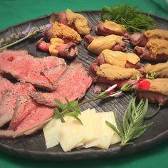 炭火で作った和牛のタタキに市場で仕入れたほだてのウニ、熟成パルミジャーノと九条ネギはアクセント。🍷 ウニとワイン、合わない、、。😞 A brand of sea urchin and aged parmigiano to the Japanese beef tataki made from charcoal fire. With wine at home. #bbq #うに #肉#beef #homecook #holiday #休日の過ごし方 #出汁 #ラベンダー #パルミジャーノ #出汁醤油