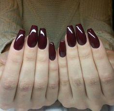 Capsule et gel bordeaux. Couleur hivernale. fall nail colors gel polish nail design
