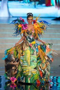 Belleza Miss Brazil 2012 Gabriela Markus, with a flashy feather dress with bold tropical prints and flower. Miss Universe Costumes, Miss Universe National Costume, Flower Costume, Tropical Dress, Tropical Fashion, Feather Dress, Fairy Dress, Recycled Fashion, Carnival Costumes