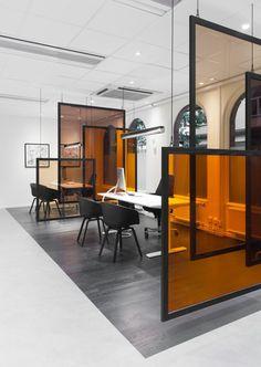 coworking | cloisons coulissantes en verre, sol en parquette gris, meubles d'intérieur