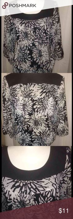 511 MOONLIGHT BAY BLACK&WHITE FLORAL TUNIC SZ XL This beautiful black and white tunic has a black trim around the collar with an elastic waist band and three-quarter sleeves it's a size 18 Petite and it's 24 inches from the shoulders! Made by Moonlight Bay!! MOONLIGHT BAY Tops Tunics