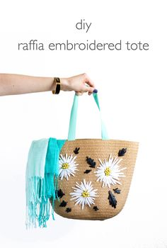 DIY Retro Raffia Embroidered Bag Tutorial by Vitamini Handmade Crochet Tote, Crochet Purses, Womens Beach Bag, Pouch Pattern, Vintage Baskets, Embroidered Bag, Purse Organization, Easy Sewing Projects, Handmade Crafts
