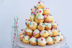 Vrolijke witte chocolade soesjestoren White chocolate cream puffs with multicolor sprinkles perfect for tea parties Tea Recipes, Sweet Recipes, Dessert Recipes, Party Treats, Party Snacks, Birthday Snacks, High Tea Food, Delicious Desserts, Yummy Food