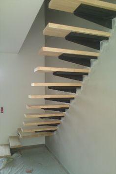 Escalier limon acier dans le mur , platines acier et marches en hévéa 44 mm