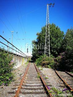 Strahlend blauer Himmel über einer schönen alten Bahnlinie mit rostigen Gleisen in Münster in Westfalen im Münsterland