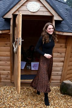 Tendance mode : portez l'imprimé léopard comme Carla Bruni et Kate Moss cet hiver 2020 - Gala Pippa Middleton, Looks Kate Middleton, Kate Middleton Photos, Leopard Print Skirt, Animal Print Skirt, Satin Midi Skirt, Pleated Skirt, Fast Fashion, Fashion Week