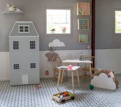 Habitación infantil en tonos grises: armario casita, mesas nube, caja de madera en forma de nube, perchero nube, estanterías montaña nevada y estanterías cuadradas en color pastel - Minimoi