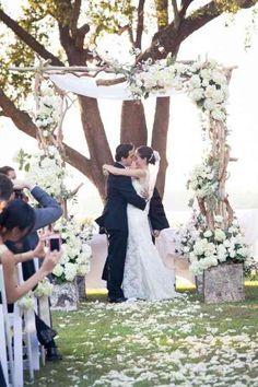 Une vue d'une arche de mariage avec des voiles