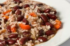 Slow Cooker Red Beans and Rice is super filling and packed with fiber! AND it's only 170 calories per serving! #
