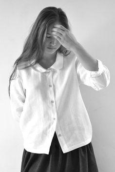 le vendredi 9 janvier 2015 : Jeanne porte : - une chemise Uniforme en lin blanc : VDJ - une jupe Uniforme en lainage gris : VDJ - un legging : album di famiglia - chaussures : blundstone