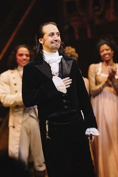 Photo of Hamilton mastermind Lin-Manuel Miranda takes in the audience as Musical Director Alex Lacamoire guided the orchestra to play the theme from The West Wing. Hamilton Broadway, Hamilton Musical, Hamilton Act 1, Miranda Show, Lin Manual Miranda, Hamilton Wallpaper, Christopher Jackson, Leslie Odom, Anthony Ramos