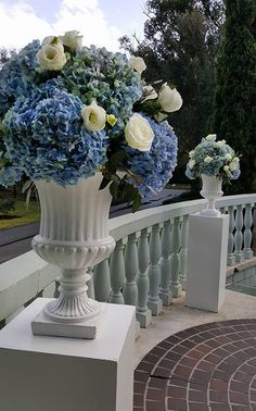 Hydrangea & rose altarpieces (Flowers by Lee Forrest Design,  photo by: staff)
