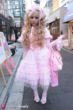Since the Tokyo street style has been making fashion cult headlines. When girls dress like dolls, it's called Harajuku. Japanese Street Fashion, Tokyo Fashion, Harajuku Fashion, Kawaii Fashion, Lolita Fashion, Fashion Outfits, Gyaru, Weird Fashion, Fashion Looks