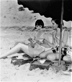 this is how to to do vintage hollywood beach belle glam alice Louise Brooks has tea on the beach with a pal Louise Brooks, Vintage Hollywood, Classic Hollywood, In Hollywood, Vintage Glamour, Vintage Beauty, Vintage Ladies, Vintage Soul, Silent Film Stars