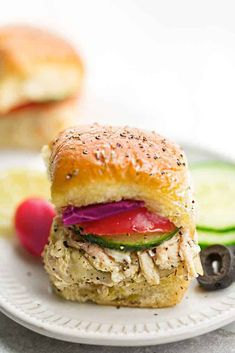 Mediterranean Chicken Sliders - perfect easy appetizers for parties, game day and barbecues. Full of Greek-inspired flavors with tender chicken, feta, gooey cheese and topped with cool and creamy Tzatziki sauce. Greek Appetizers, Best Appetizers, Appetizer Recipes, Tzatziki Sauce, Mediterranean Chicken, Mediterranean Recipes, Easy Baked Chicken, Chicken Recipes, Solo Pizza