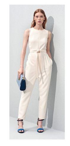 Coup de cœur pour cette élégante combinaison-pantalon blanche, signée Tommy Hilfiger. Cette combinaison assure un look sophistiqué, notamment grâce à sa ceinture en tissu nouée et resserrée à la taille, sublimant la silhouette féminine. Elle est proposée à 229€ sur le site du créateur.