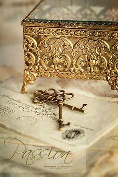 Soft Whispers Body Jewelry, Jewelry Box, Jewelry Storage, Jewellery, Objets Antiques, Do It Yourself Fashion, Old Keys, Key To My Heart, Milk And Honey