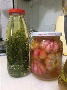Elma sirkesinde taze sarımsak turşusu ve taze kekikli sıvı yağ.Yeniden sağlık yeniden lezzetlere merhaba.