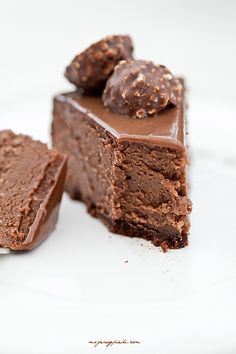 ferrero rocher & nutella cheesecake, this can' t possibly get any better! my 2 favorite chocolate things together! Nutella Recipes, Cheesecake Recipes, Dessert Recipes, Nutella Cheesecake, Just Desserts, Delicious Desserts, Yummy Food, How Sweet Eats, Quiches