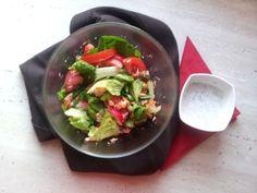 Sałatka z łososiem i warzywami.
