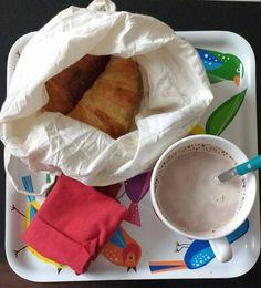 p'tit-déj' (presque) 0 déchet : chocolat chaud - lait en brique recyclable et cacao acheté en vrac, croissants achetés en vrac avec un sac en coton bio et serviette de table lavable.