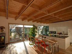 Vnitřní uspořádání domu vychází z jednoduchého konceptu hlavní obytné místnosti s kuchyní orientovanou na jih s výhledem na Vysoké Mýto. #interiér #bydlení
