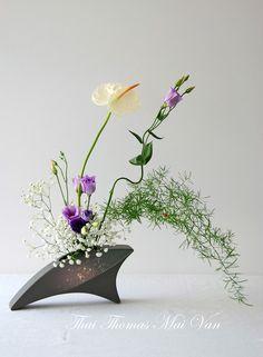 Thai Mai Van                                                       … Ikebana Flower Arrangement, Ikebana Arrangements, Beautiful Flower Arrangements, Floral Arrangements, Beautiful Flowers, Design Floral, Deco Floral, Arte Floral, Exotic Flowers