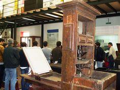 Em primeiro plano, prelo de madeira do século XVIII, proveniente da Imprensa da Universidade de Coimbra.