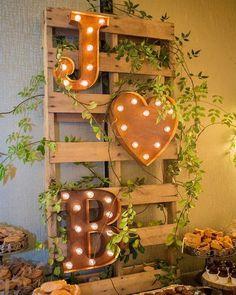 Vai fazer um casamento rústico? Então aposte em detalhes com madeira e luzes. Além de muito charme na decoração as fotos ficam encantadoras e cheias de personalidade. . . #noiva #bride #vestidodenoiva #dress #dresses #vintagewedding #diy #weddingdiy#doityourself #casamentodiy #noivadiy#bridediy #noiva2017 #ceub#casaréumbarato #voucasar#casamentodoano #noivafeliz #ido#instabride #picoftheday #bridesmaid#dreamwedding #bff #engaged #bridetobe #rustic #rusticwedding #casamentorústico