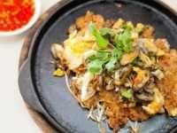 La crêpe aux moules ou omelette aux moules, est un plat délicieux et croustillant que l'on trouve principalement sur les marchés ou les stands de nourriture lors de fête. #Recettes #Thaïlande #CuisineThaï #Moules #Crêpe
