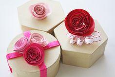 4ddee5067743 Diy decoration boîte avec fleurs en papier Collier De Pate, Fete Des Meres  Maternelle,