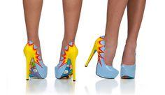 """Unique.Sexy. Bold (única, sexy e arrojada) são três palavras que descrevem tanto a marca Taylor Says como a sua designer Taylor Reever. Conhecida como """"a loira louca da Califórnia"""" a designer está a subir as escadas da moda com os seus saltos altos."""