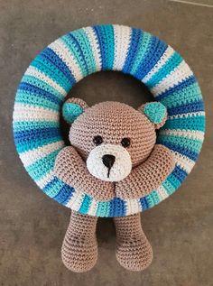 Crochet Bear, Crochet Home, Crochet For Kids, Crochet Animals, Yarn Crafts, Diy And Crafts, Baby Boy Wreath, Crochet Wreath, Baby Knitting