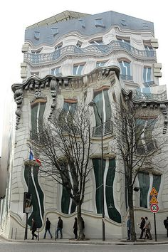 "Melted Building in Paris. This building is definitely not a photoshop work! It's in Paris on the Avenue Georges V, a ""trompe l'oeil"" which means a fake finish, or an illusion. Unusual Buildings, Interesting Buildings, Amazing Buildings, Architecture Unique, Classical Architecture, House Architecture, Unusual Homes, Banksy, Urban Art"