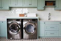 Lavanderias praticas, claras, cleans e charmosas, com armários em tons pasteis, azulejos claros e pisos em cinzas neutros.