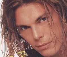 Gianluca Grignani  - La Mia Storia Tra Le Dita Il maggior successo di Gianluca Grignani con cui ha esordito sulle scene musicali nel 1994. La canzone è tratta dall´album Destinazione paradiso.