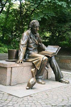 Hans Christian Andersen Statue, Central park, NYC Un bon homenatge a un gran conta contes! Sculpture Metal, Book Sculpture, Statues, Central Park Nyc, I Love Nyc, Park Pictures, Hans Christian, Auguste Rodin, Lectures