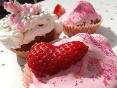 RECETTE DE SAISON by UKMAG ! #Cupcakes & Cannelé #Fluff et #Strawberries  Pour 6 personnes    Pour environ 12 gâteaux 3 Œufs 100g de beurre fondu 100g de sucre 1/2 sachet de levure 100 g de farine 40 g de fécule  Quelques gouttes de vanille (ou gousse de vanille) si vous désirez  2 fraises bien mûres Un pot de pâte Fluff Sucre parfumé