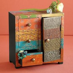 pretty jewelry box.  i would love to decorate a dresser this way.