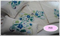 Pie de cama con almohadones bordados a mano
