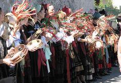 Panderetas anuncian la salida de la procesión de la Virgen de la Guia. Llanes                   Panderetas anuncianprocesión la Virgen de la Guía