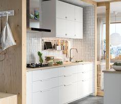 Ce zici de o bucătărie care poate fi personalizată până la ultimele detalii? Alege dimensiunea, aspectul, funcția și designul - bucătăria METOD îți va hrăni creativitatea și nevoia de schimbare. Ikea Small Kitchen Table, Ikea Kitchen Wall Cabinets, Different Color Kitchen Cabinets, Granite Kitchen Table, Zen Kitchen, Kitchen Work Tables, Small Farmhouse Kitchen, Colorful Kitchen Decor, Kitchen Cabinet Styles