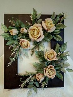 Fotografii pe pertele lui Elena Cold Porcelain Flowers, Ceramic Flowers, Clay Flowers, Paper Flowers, Picture Frame Wreath, Picture Frame Crafts, Flower Centerpieces, Flower Arrangements, Clay Art Projects