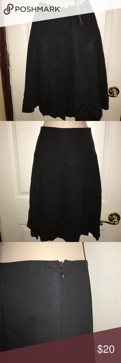 THEORY PLEATED SKIRT Cute pleated skirt with 2 in front 2 in the back belt hooks. No belt included. Side zipper. Theory Skirts Midi