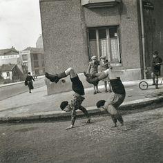 Roberto Doisneau, 1937 Handstand kids walking around