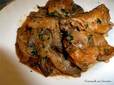 Conejo en salsa con setas y almendras Spanish Kitchen, Vegetarian Recipes, Healthy Recipes, Carne Asada, Bon Appetit, Chicken Wings, Food And Drink, Appetizers, Yummy Food
