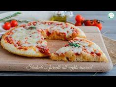 PIZZA FURBA 5 MINUTI in padella senza lievitazione - YouTube Pizza E Pasta, Pizza Pizza, Focaccia Pizza, Pizza Recipes, Bagel, Vegetable Pizza, Italian Recipes, Food Porn, Food And Drink
