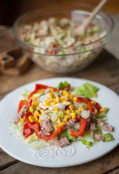 Sałatka tuńczykowa z mnóstwem kolorowych warzyw konserwowych